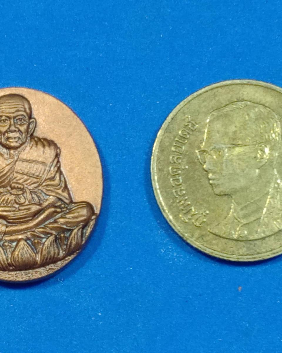 เหรียญ หลวงปู่ทวดหลังหัวนะโม.  รุ่นมงคลจักรวาลพุทธาคมเขาอ้อ ปี๒๕๔๕ ท่านขุนพันธ์จัดสร้าง    ตอกโค๊ตชัดเจน  รูปที่ 3