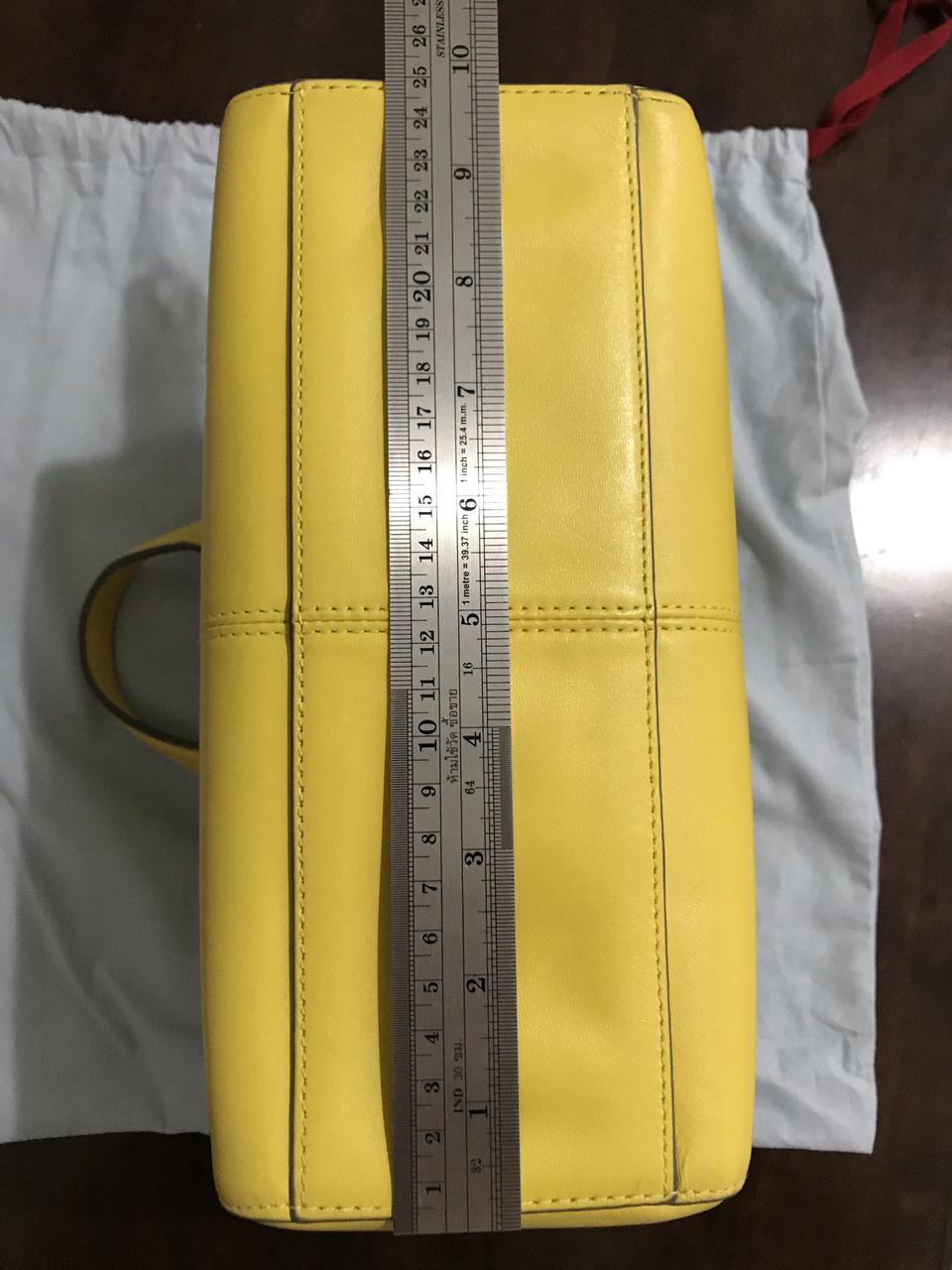 ขออนุญาตเปิด กระเป๋าถือและสะพาย Catch Kidston รุ่น The Henshall Leather Bag สีเหลืองสดใส รุ่นนี้วัสดุหนังแท้  รูปที่ 6