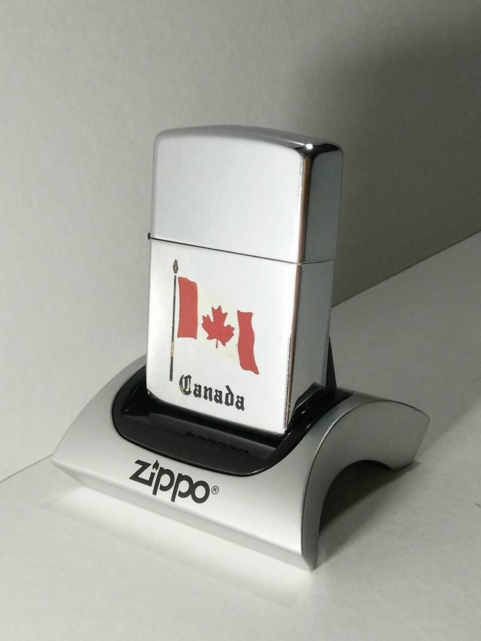 ZIPPO Canada Flag Brushed Chrome Lighter รูปที่ 1