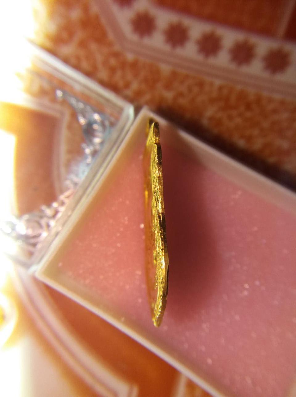 เหรียญลงยาสีแดงวัดช้างให้ปี 04 เนื้อทองคำแท้ สนใจทักมาได้ รูปที่ 3