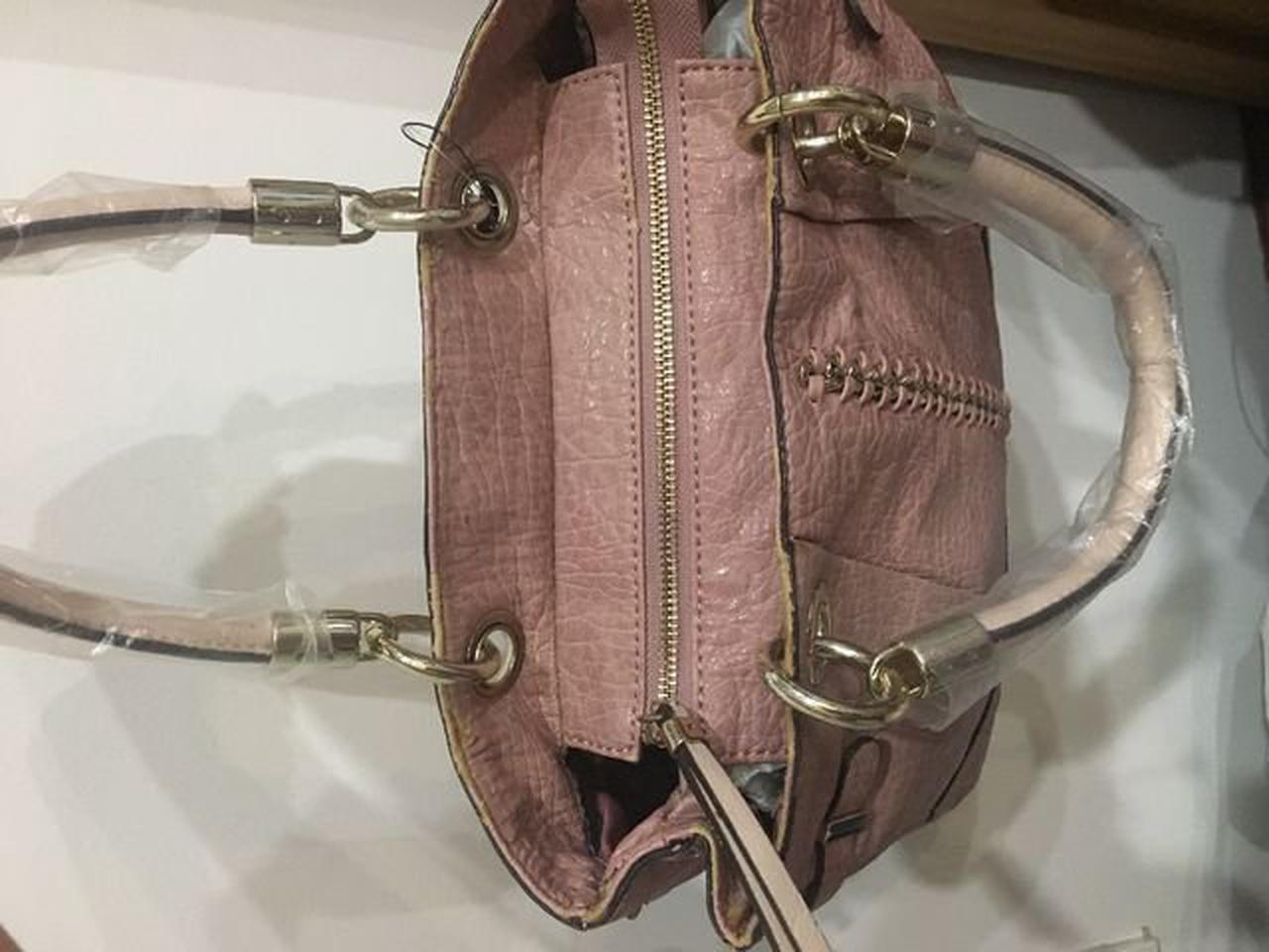 กระเป๋าสะพาย Guess รูปที่ 3
