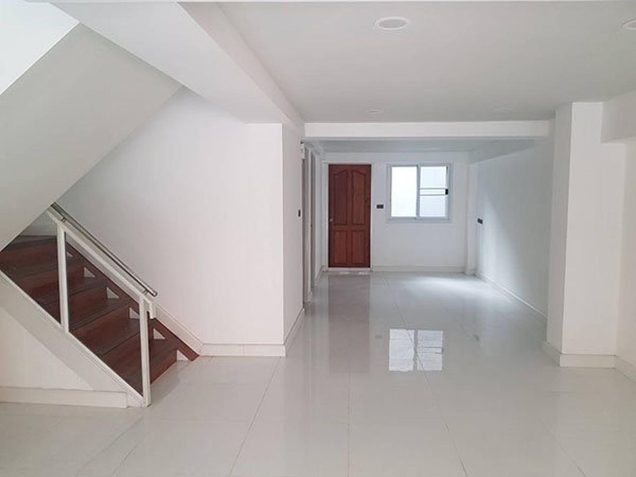 ขายด่วน ทาวน์โฮม ตกแต่งใหม่พร้อมลิฟท์ สุขุมวิท ใกล้ BTS ทองหล่อ For Sale Newly renovated Town home with Lift Sukhumvit รูปที่ 3