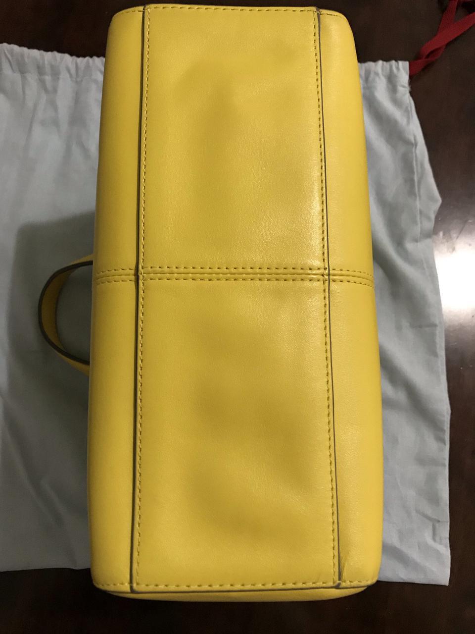 ขออนุญาตเปิด กระเป๋าถือและสะพาย Catch Kidston รุ่น The Henshall Leather Bag สีเหลืองสดใส รุ่นนี้วัสดุหนังแท้  รูปที่ 1
