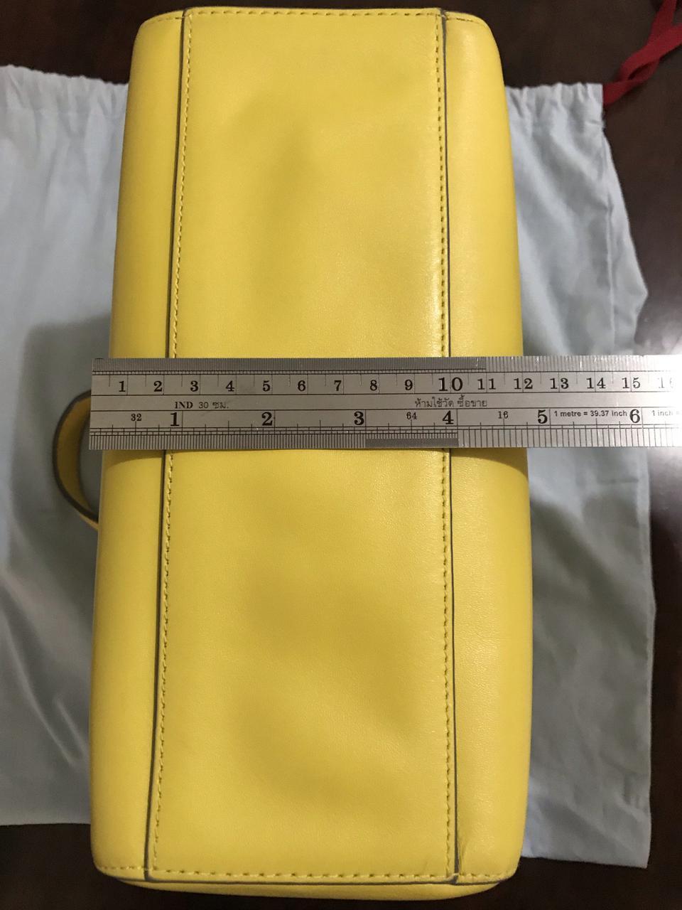 ขออนุญาตเปิด กระเป๋าถือและสะพาย Catch Kidston รุ่น The Henshall Leather Bag สีเหลืองสดใส รุ่นนี้วัสดุหนังแท้  รูปที่ 5
