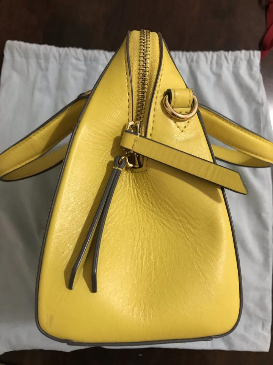ขออนุญาตเปิด กระเป๋าถือและสะพาย Catch Kidston รุ่น The Henshall Leather Bag สีเหลืองสดใส รุ่นนี้วัสดุหนังแท้  รูปที่ 3