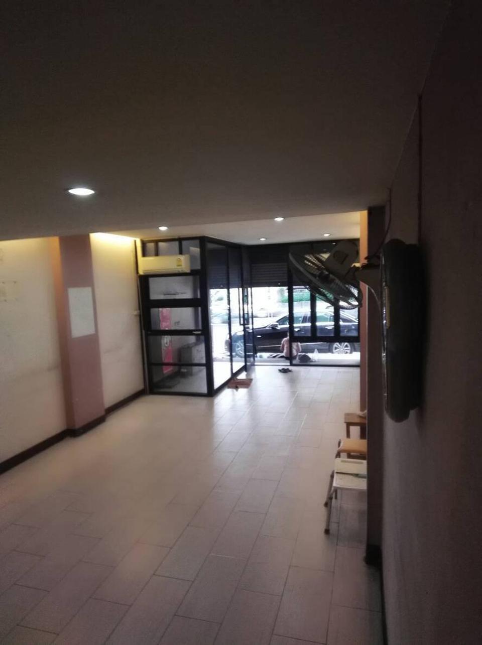 ขาย อาคารพาณิชย์ ติดถนนพระราม 9  5 ชั้น รูปที่ 2