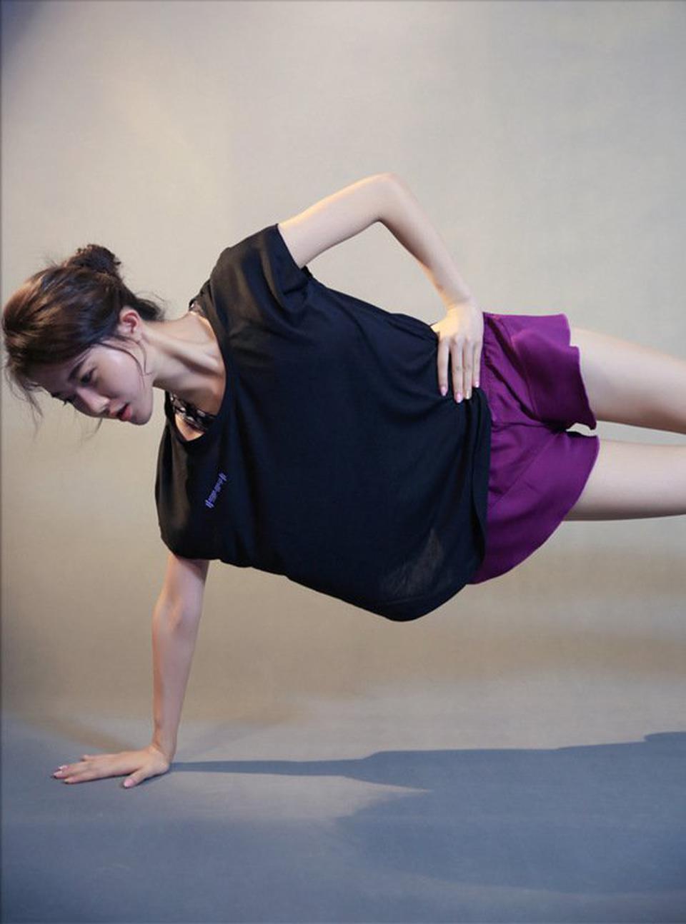 ชุดออกกำลังกายผู้หญิง เสื้อกีฬาผู้หญิง ใส่สบาย ระบายความร้อนได้ดี (สีดำ) รูปที่ 5