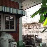 บ้านสภาพเก่ามากพร้อมต้นมะม่วงใหญ่หลายสิบปี ร่มรื่น หลังบ้านว