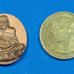 เหรียญ หลวงปู่ทวดหลังหัวนะโม.  รุ่นมงคลจักรวาลพุทธาคมเขาอ้อ ปี๒๕๔๕ ท่านขุนพันธ์จัดสร้าง    ตอกโค๊ตชัดเจน  รูปเล็กที่ 3
