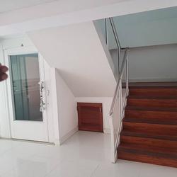 ขายด่วน ทาวน์โฮม ตกแต่งใหม่พร้อมลิฟท์ สุขุมวิท ใกล้ BTS ทองหล่อ For Sale Newly renovated Town home with Lift Sukhumvit รูปเล็กที่ 2